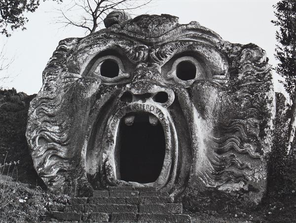 Visuel de l'exposition Insolite ou le cabinet de curiosités : Gilles Ehrmann, Bomarzo, Italie, de l'ensemble Les Inspirés et leurs Demeures, 1962 / 1982, Collection Frac Bretagne © SAIF