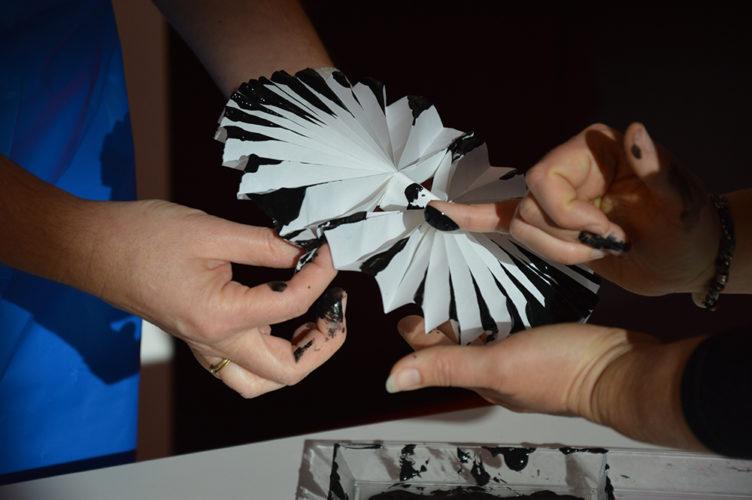 Atelier de pliage de papier comme outil de peinture dans le cadre de la formation L'art en tout-petit à destination des professionnels de la Petite enfance