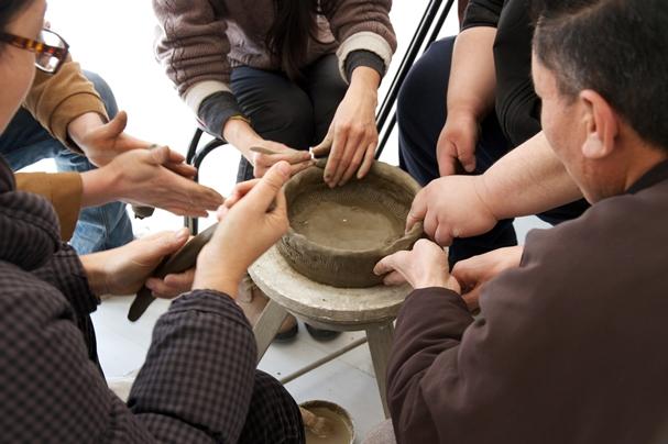 Koki Tanaka A Pottery Produced by 5 Potters at Once (Silent Attempt), 2013 Vidéo HD, 75 minutes © Commande de la Japan Foundation créé avec Vitamin Creative Space, Guangzhou et Pavilion, Beijing