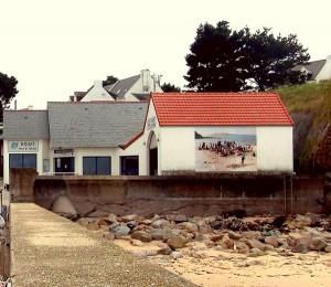 Houat, vue de la gare maritime et de l'oeuvre d'Isabelle Arthuis, le Banquet, 2011, collection Frac Bretagne, crédit photo Marcel Dinahet