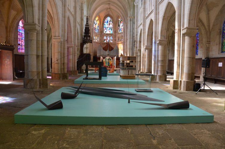 Vue de l'exposition Un jardin de sculptures, Église Saint-Joseph, Pontivy du 4 juillet au 21 septembre 2014