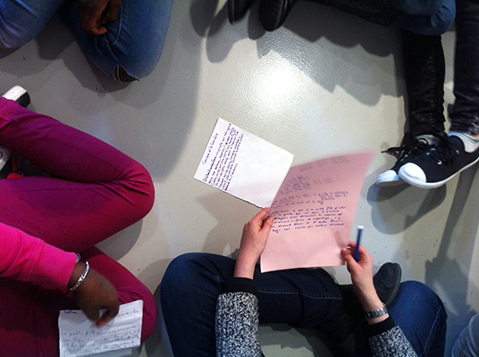 16 mars 2015 : J-3 avant le vernissage de l'exposition Game Over, les élèves de CM1/CM2 de l'Ecole Jean Moulin se sont rendus à la Galerie Ec'arts (ESPE, Rennes) pour peaufiner les derniers détails de l'exposition qu'ils élaborent avec les artistes Bevis Martin et Charlie Youle. Après la découverte de l'accrochage des œuvres qu'ils ont sélectionné au sein de la collection du Frac Bretagne, les élèves ont travaillé sur le document de l'exposition qui sera remis à chaque visiteur.