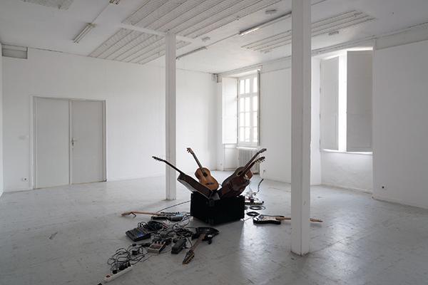 Tristan Philippon, A, 2015. Installation performée, 4 guitares électriques, 4 guitares acoustiques, pédales d'effets, préamplificateur, amplificateur, table de mixage, câbles, fil de nylon, 3m x 3m x 1,20, de 8' à 30'