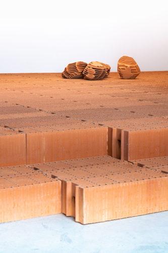 Vincent Mauger, Sans titre, 201, vue de l'exposition Promenade sur terre, Landerneau 2019. Crédit photo : Ville de Landerneau/Mathieu Rivrin